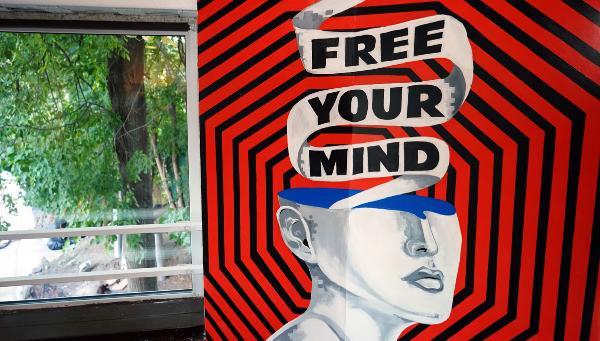 Выставка-аукцион, роспись тоннеля и закрытая «пыточная»: Как завершился первый уикенд Клуба современного искусства