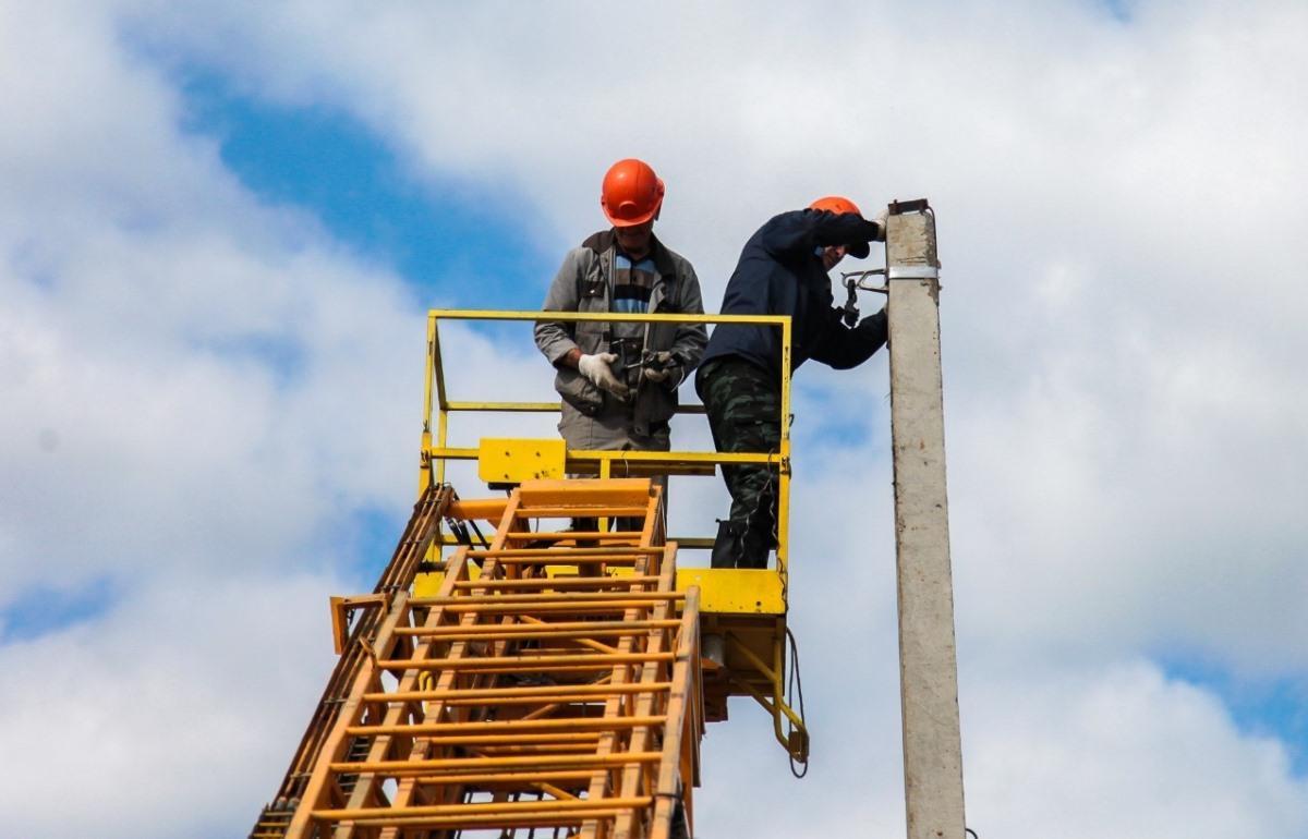 На улице Промысловая в Андреаполе восстанавливают линию электропередачи