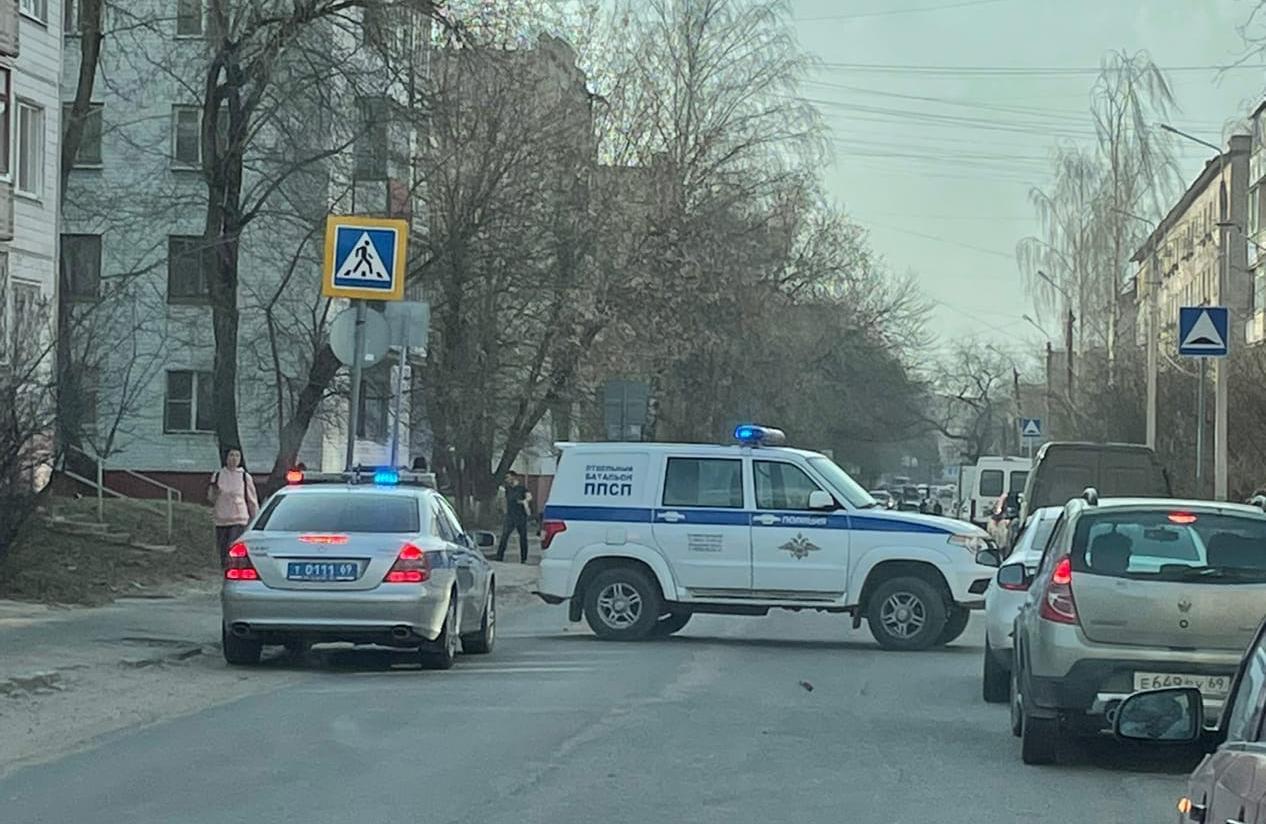 В Твери оперативные службы перекрыли улицу в центре города, очевидцы сообщают о выстрелах - новости Афанасий