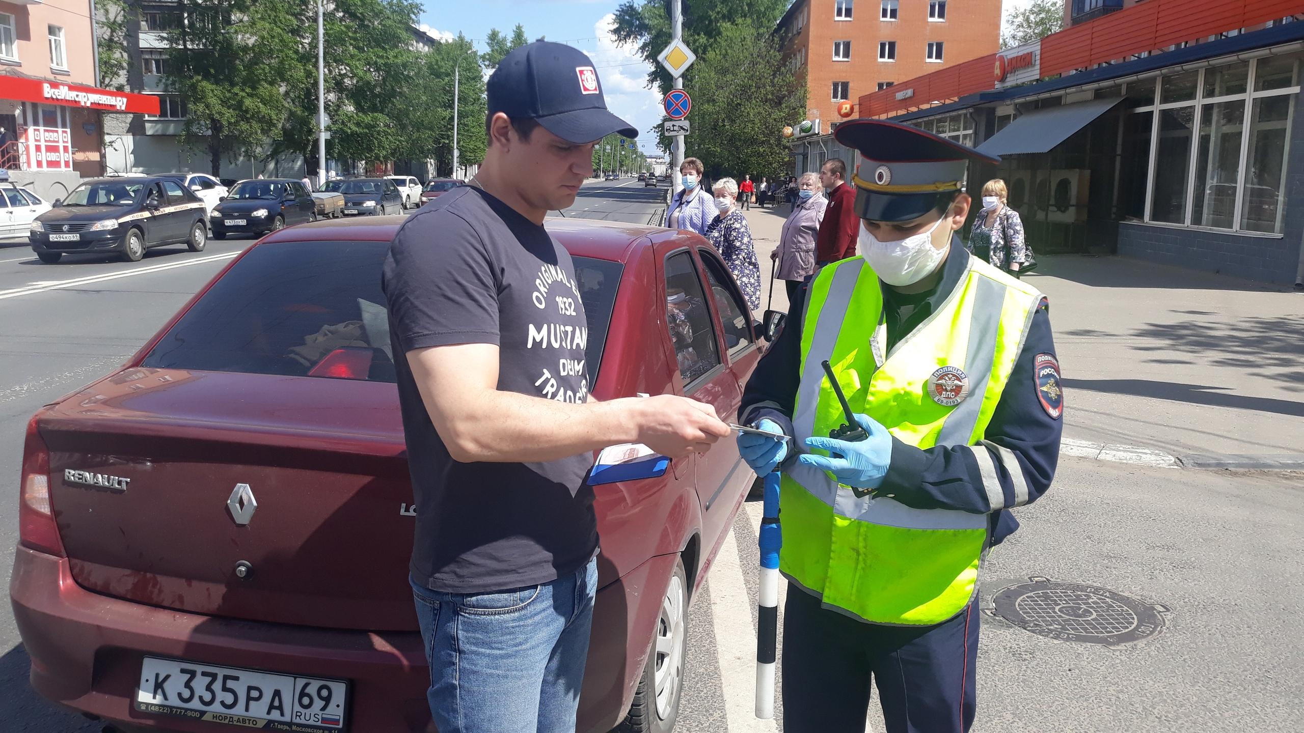 В Твери автоинспекторы провели рейд и дарили водителям подарки - новости Афанасий