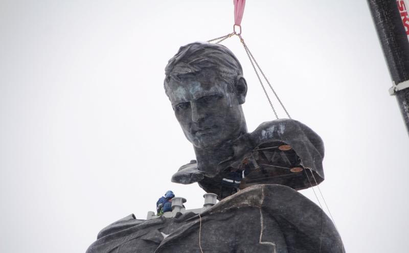 Появились первые кадры установки 25-метрового бронзового солдата в Тверской области