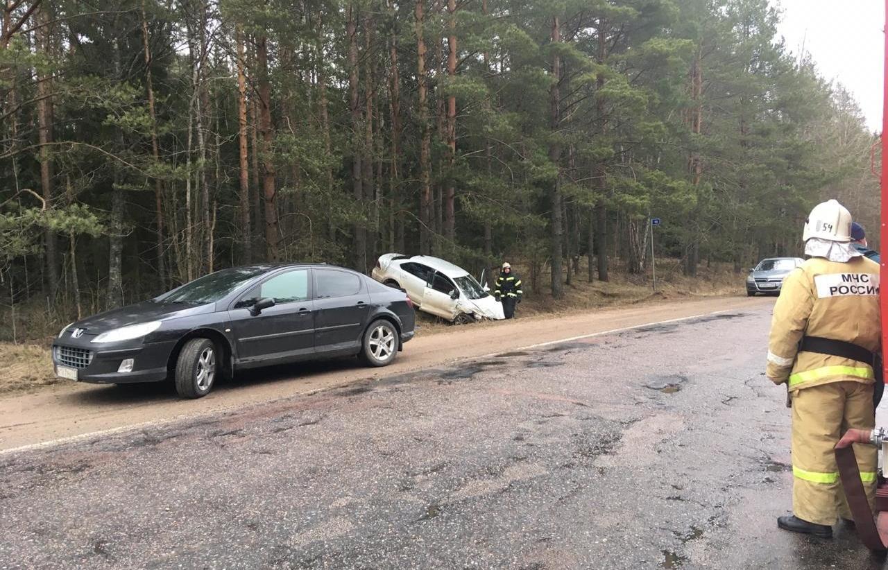 В Тверской области из-за опасного обгона машины «разлетелись» по кюветам