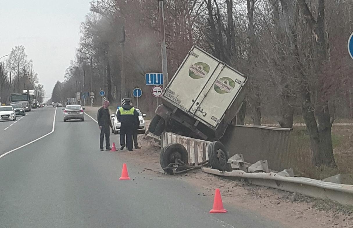 В Твери ГАЗель повисла на бетонном ограждении и осталась без колес - новости Афанасий