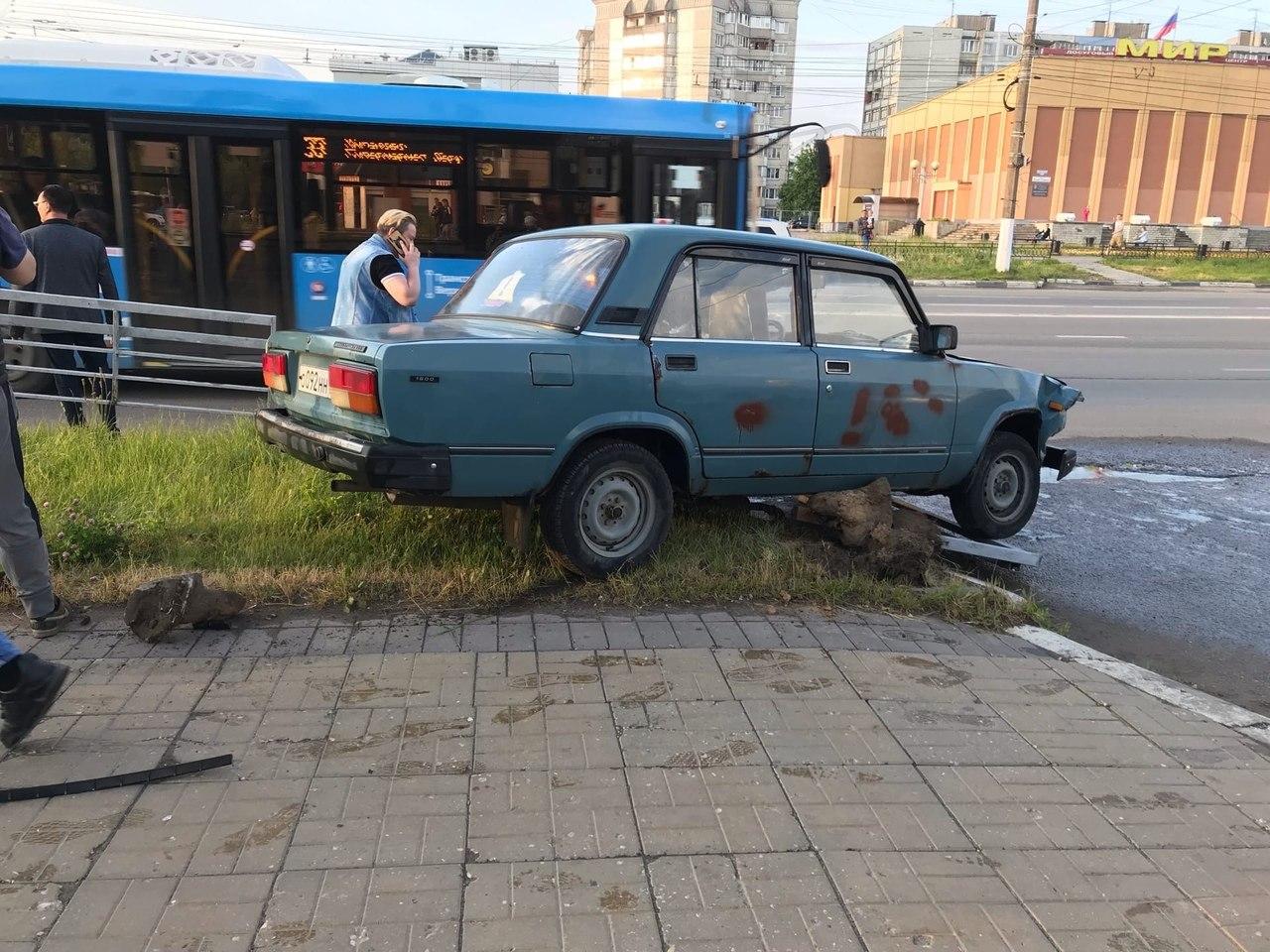 В Твери сбитое легковушкой ограждение тротуара сломало ногу пешеходу - новости Афанасий