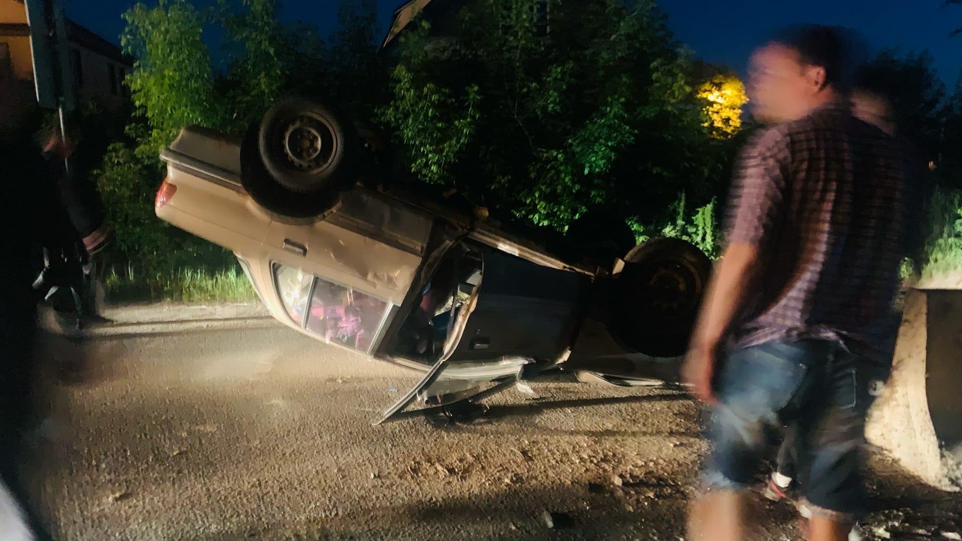 В Твери ночью перевернулся автомобиль