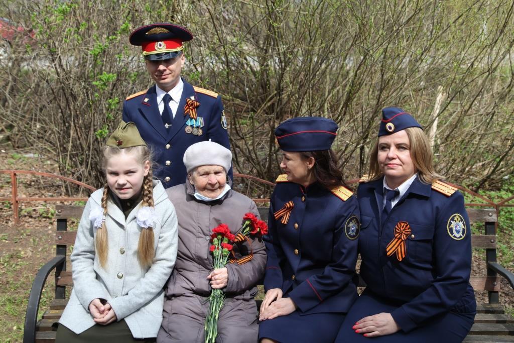 В Твери сотрудники СК, дети и кадеты поздравили ветерана Великой Отечественной войны с наступающим Днем Победы