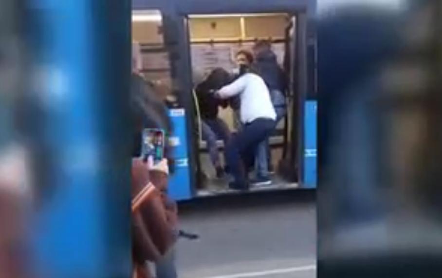 В Твери водитель автобуса защитил пожилую женщину от неадекватных парней