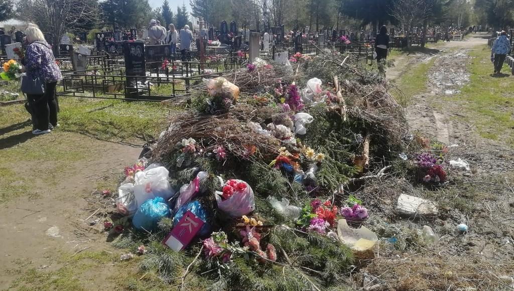 Из-за раскисших дорог с кладбища в Бежецке Тверской области не могут вывезти мусор