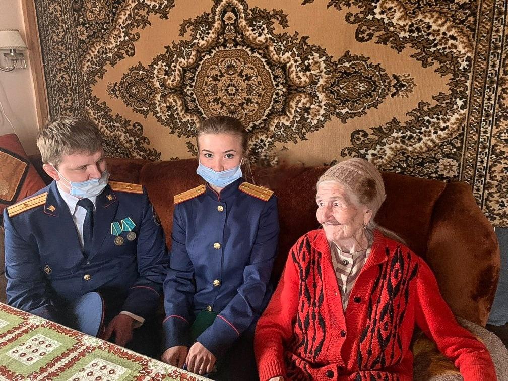 Кимрские следователи навестили ветерана Великой Отечественной войны Александру Струкову