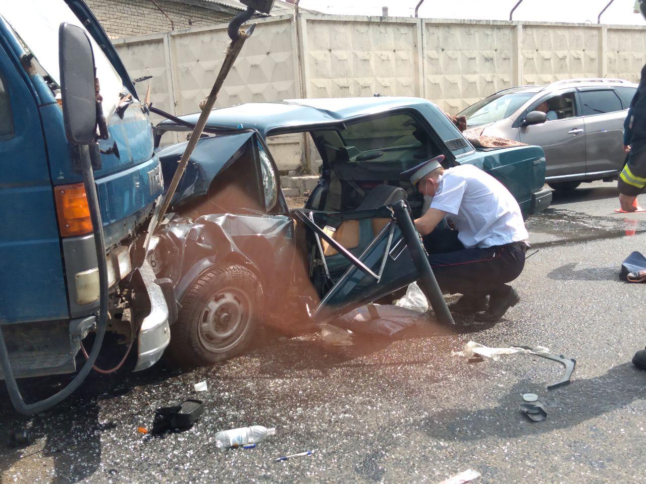 В Твери водителя «семерки» зажало в салоне после столкновения с грузовиком - новости Афанасий