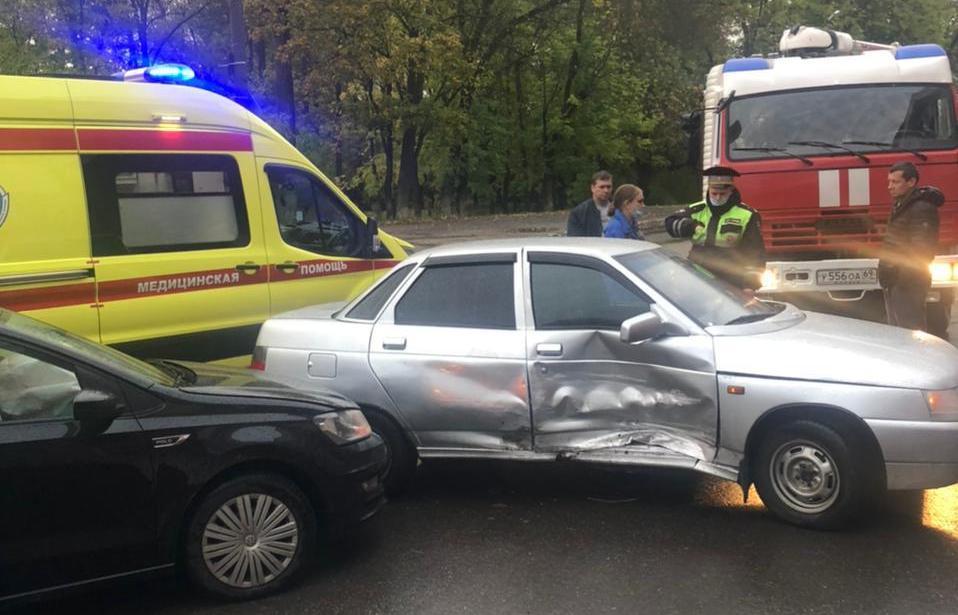 В Твери на Беляковском переулке столкнулись две легковушки - новости Афанасий
