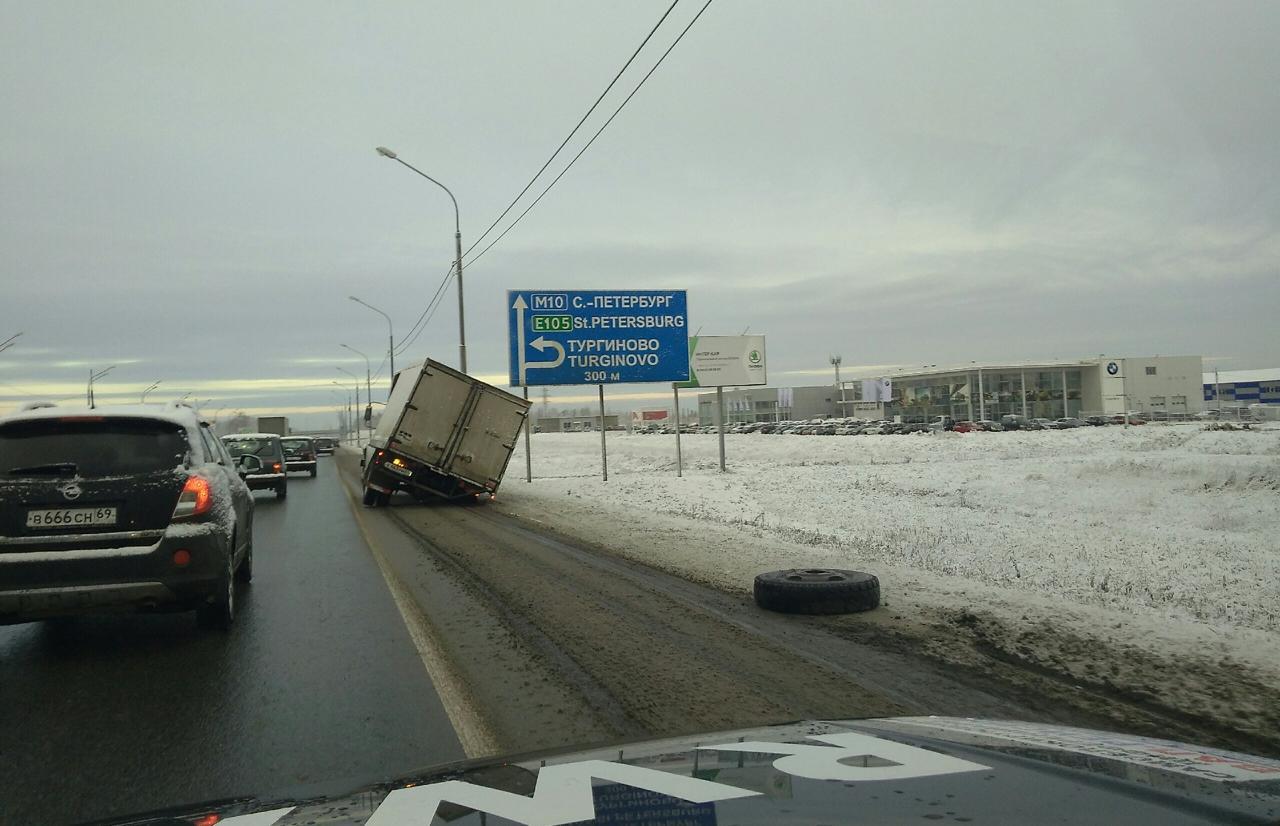 В Твери у грузовика на трассе отвалилось колесо  - новости Афанасий