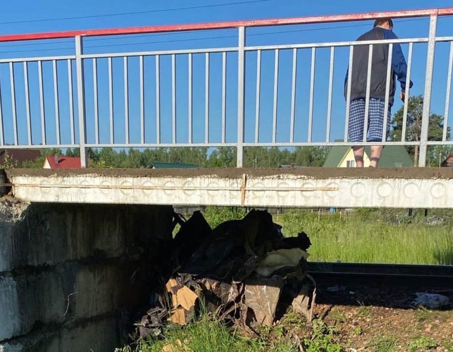 Жители Тверской области погибли в страшном ДТП: автомобиль столкнулся с поездом