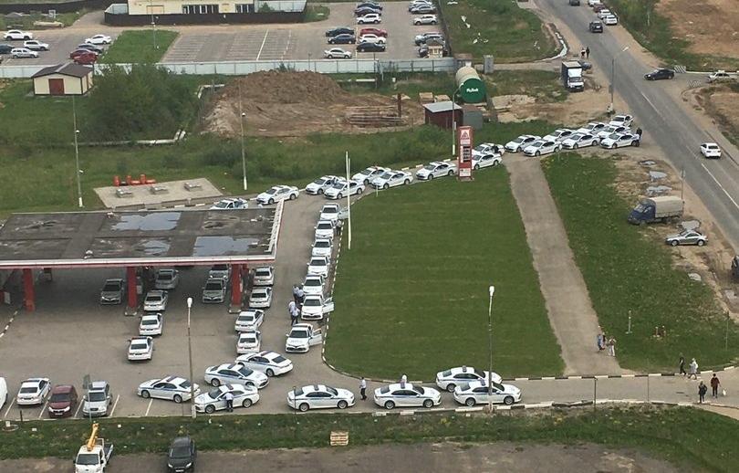 «Пробку» из машин ДПС на автозаправке обсуждают жители Твери - новости Афанасий