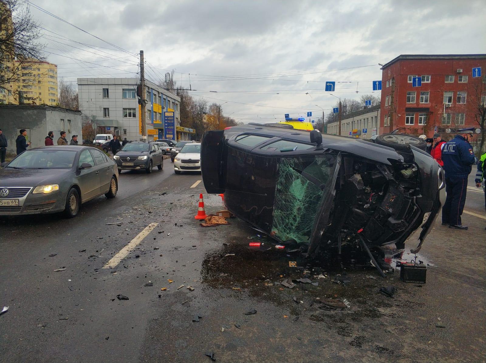 Шесть человек, в том числе двое детей, пострадали в ДТП на проспекте Калинина в Твери, которое устроил «гонщик» на Renault - новости Афанасий