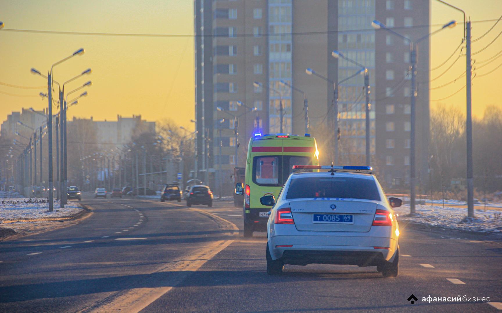 Мотоциклист попал в больницу после столкновения с легковушкой под Тверью