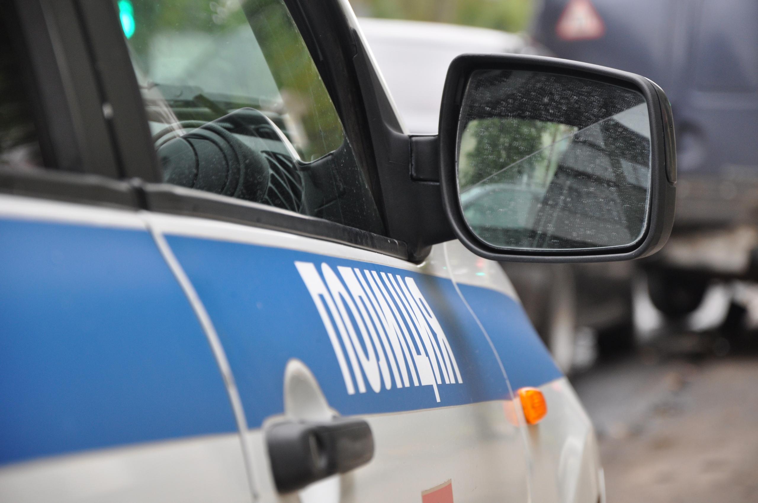 Два человека получили травмы в автомобиле, врезавшемся в отбойник на трассе в Тверской области