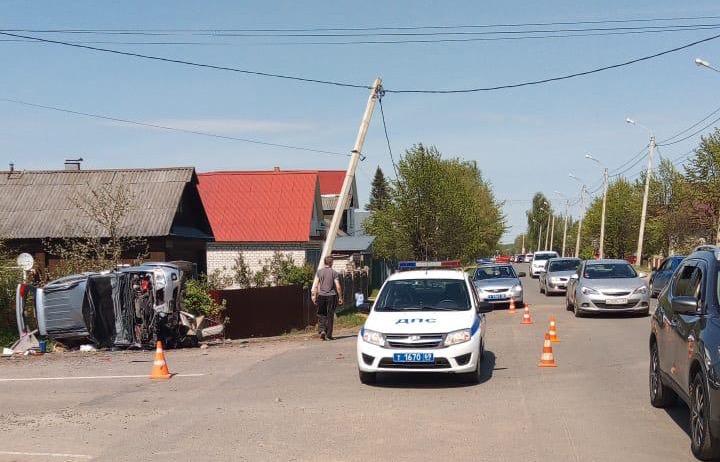 Водитель внедорожника, протаранивший опору ЛЭП, погиб на месте аварии в Тверской области - новости Афанасий