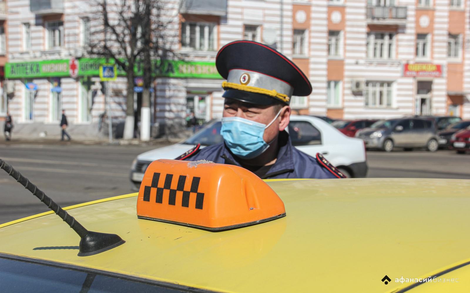 Без ремней, света и на разных колесах: в Твери автоинспекторы проверили, как по дорогам ездят таксисты