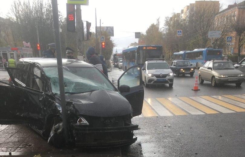 В столкновении автобуса и легковушки в Твери пострадал один человек - новости Афанасий