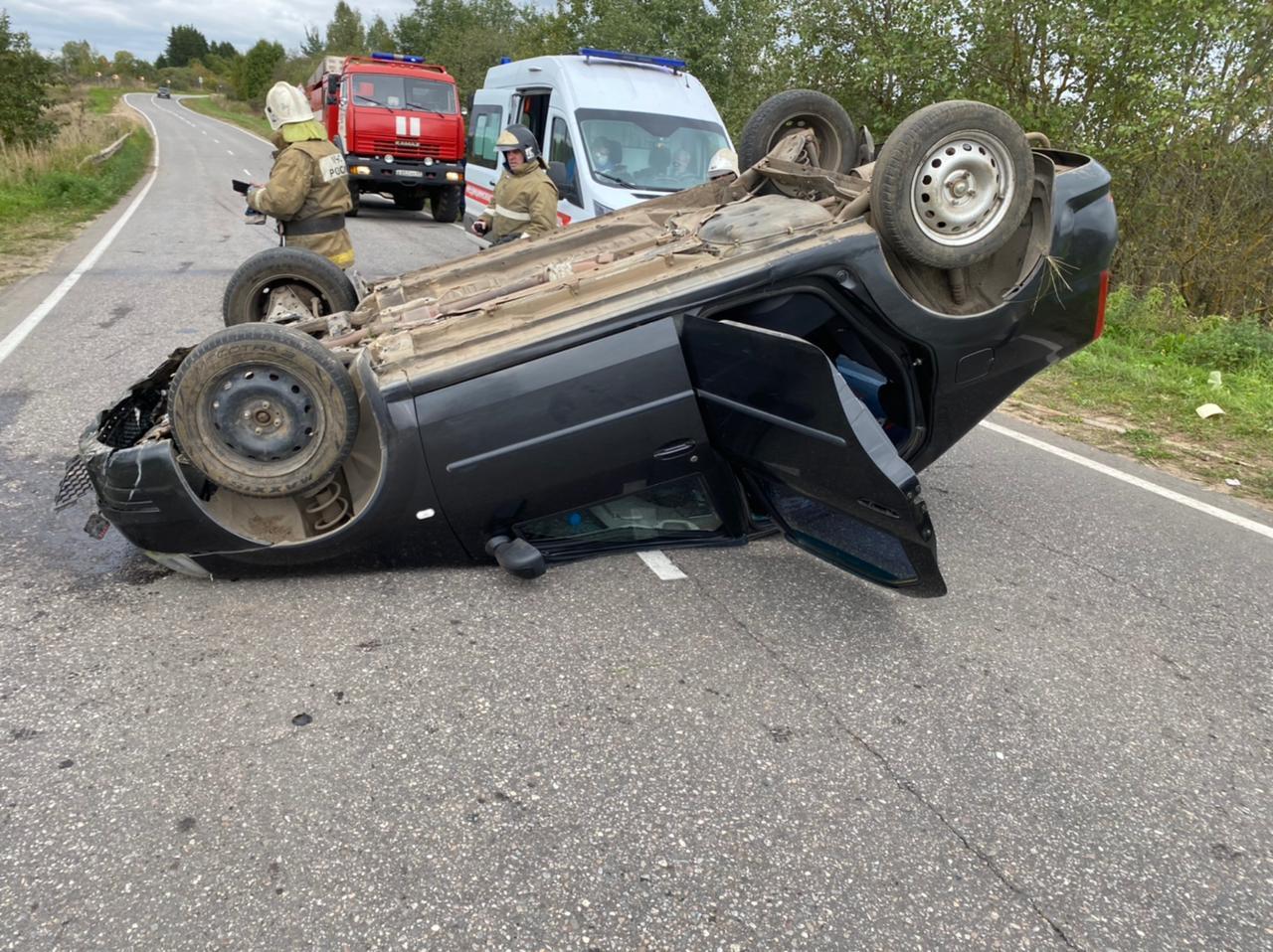 Пьяный водитель перевернул легковушку на дороге в Тверской области, пострадали два человека