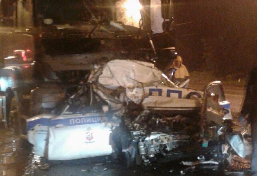 Ехавший в сторону Твери дальнобойщик снес машину ДПС на М10 у границы Тверской области: один инспектор погиб, второй в больнице
