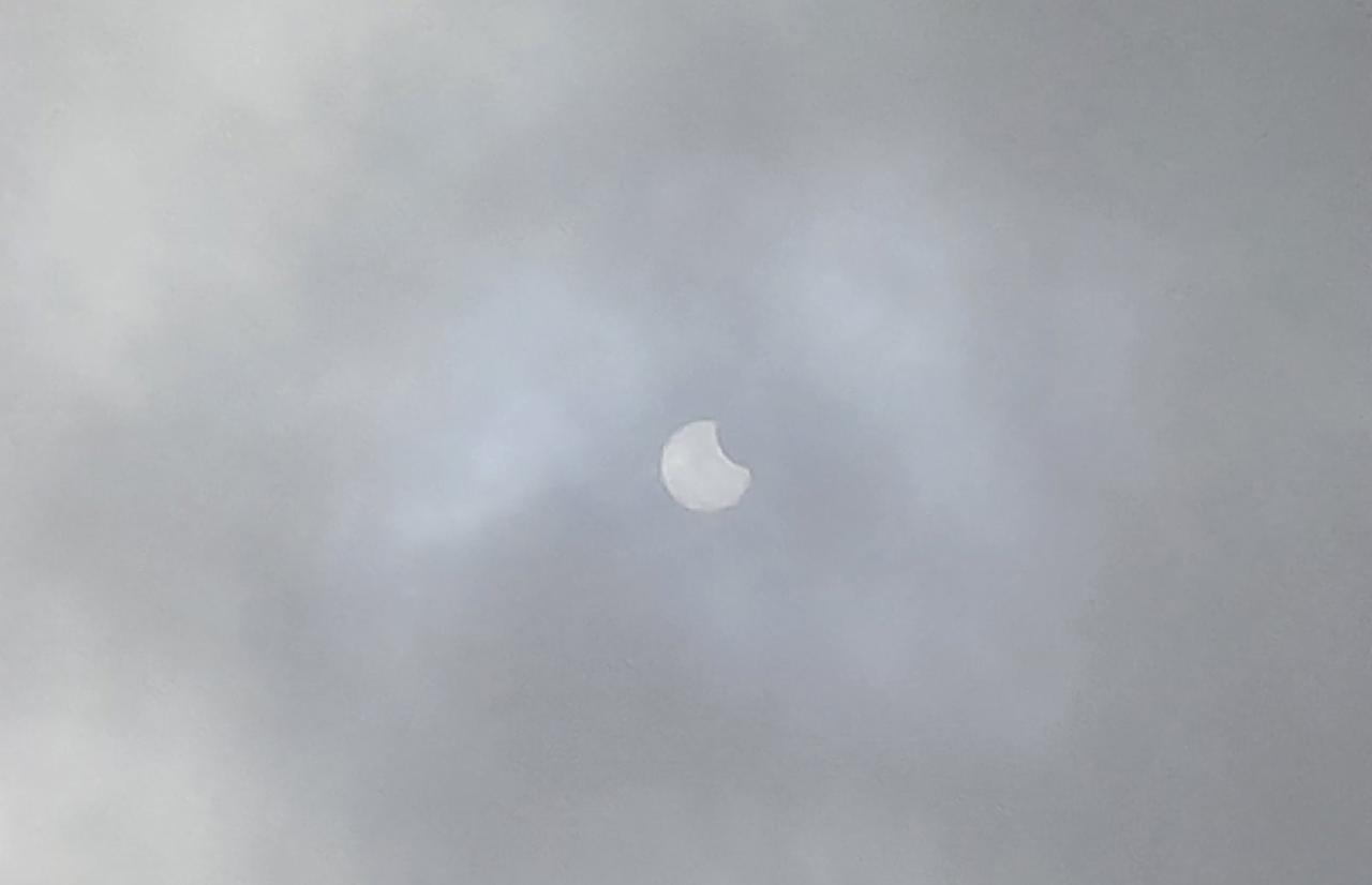Жители Твери наблюдают солнечное затмение