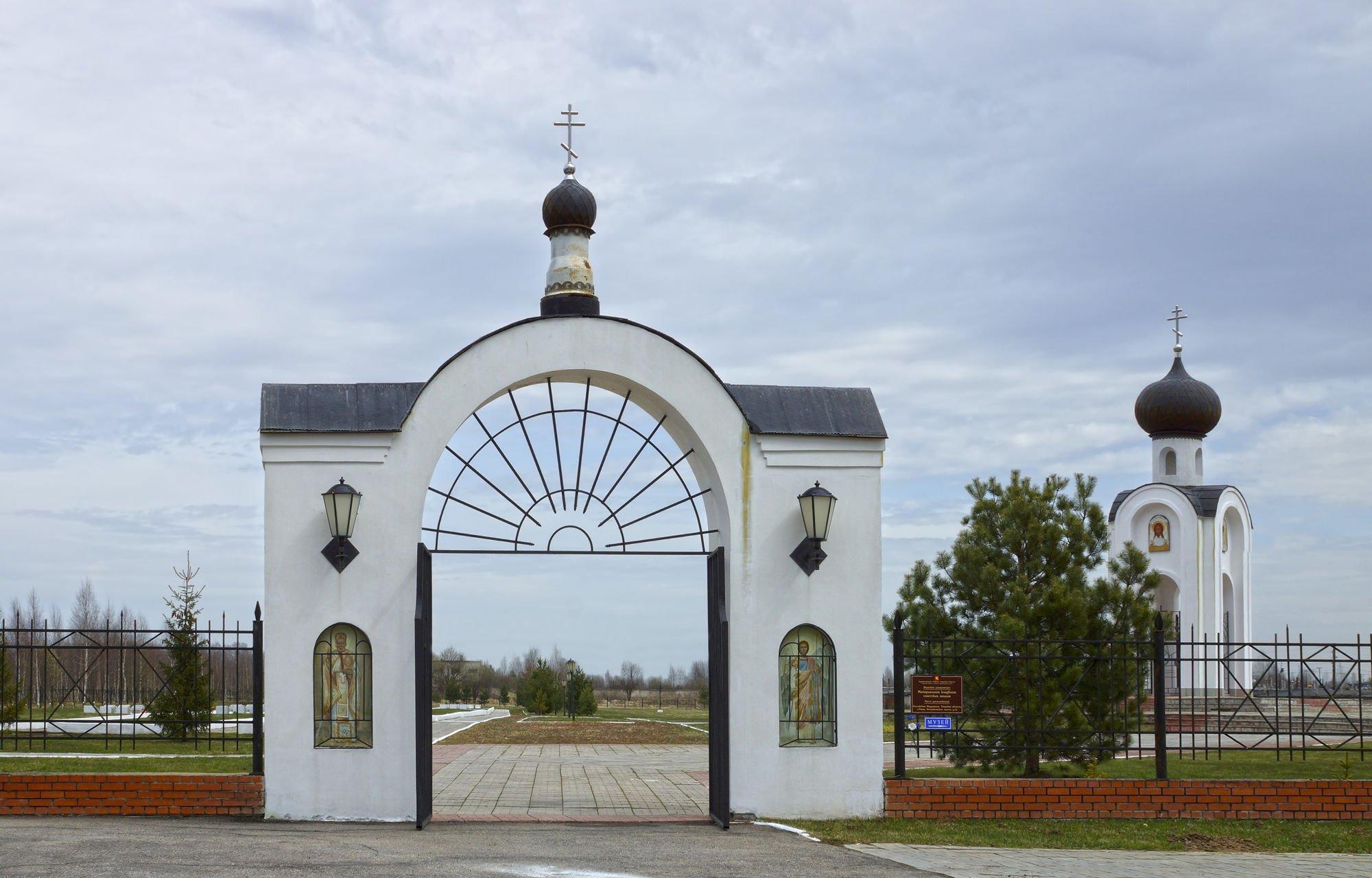 ЧП во Ржеве: неизвестные украли ворота на Мемориальном кладбище
