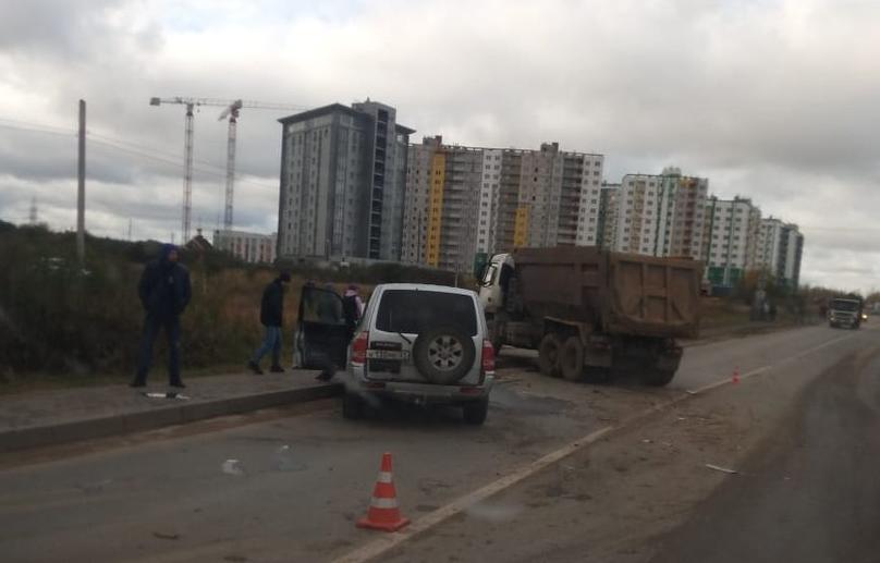 В Твери столкнулись грузовик и внедорожник, есть пострадавший - новости Афанасий