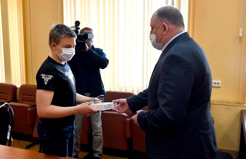 Сергей Голубев вручил планшеты зубцовским школьникам - новости Афанасий