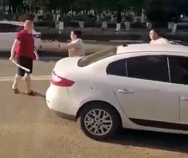 В Твери из-за ДТП водители устроили драку на дороге