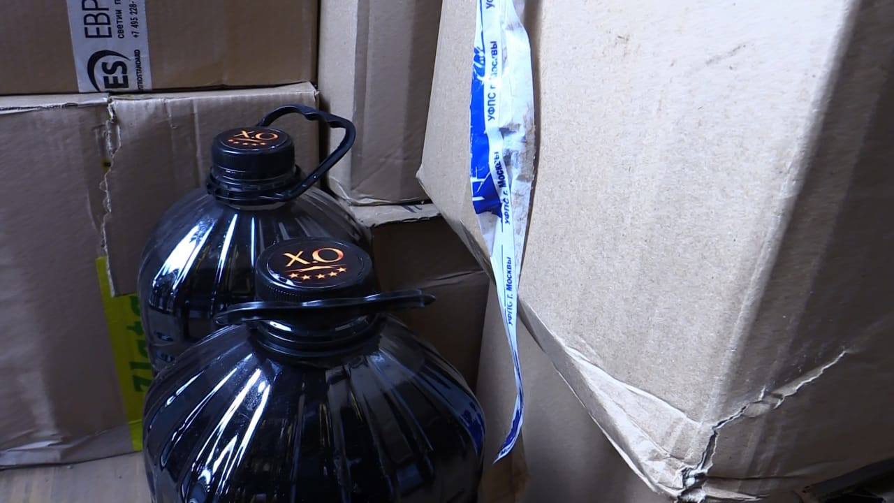 «Элитный» алкоголь из пластиковых баклажек: в Твери силовики нагрянули на склады