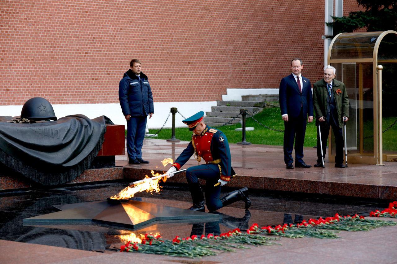 Частица Вечного огня отправилась от стен Кремля на мемориал энергетикам-героям - новости Афанасий