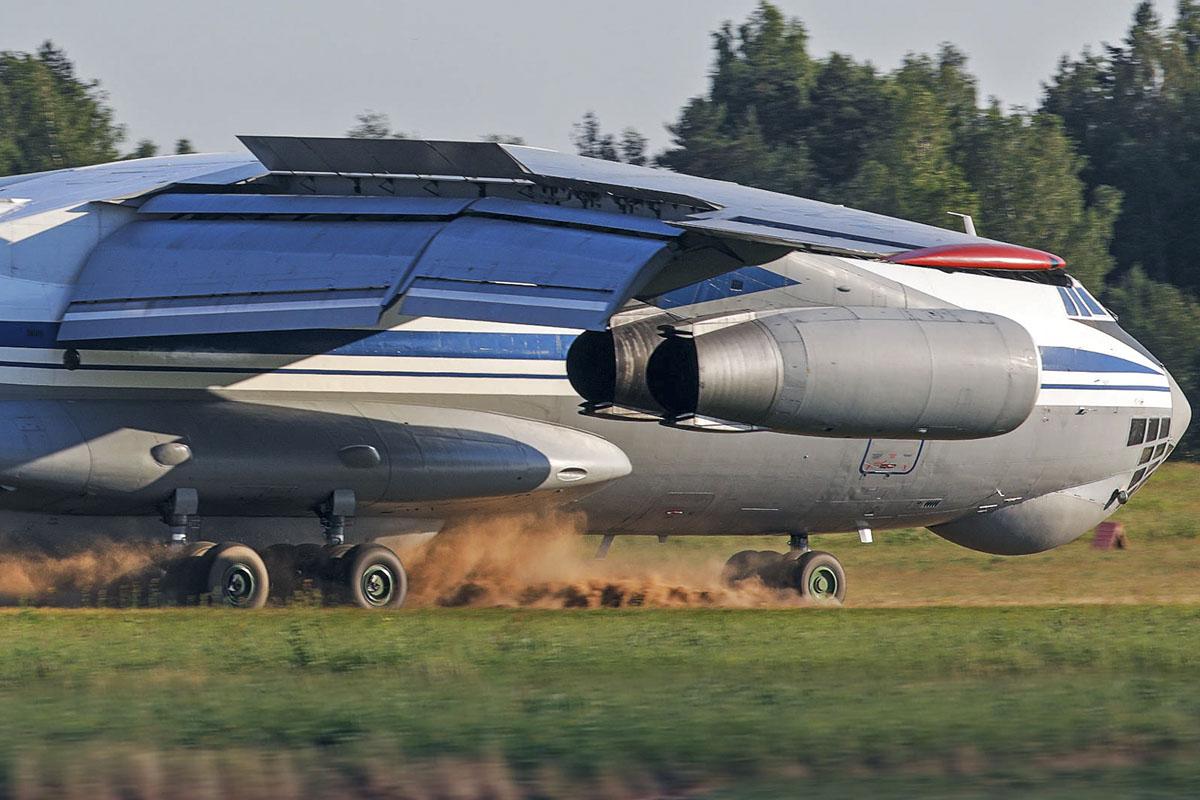 В Тверской области экипажи Ил-76 отработали посадку в сложнейших условиях - новости Афанасий