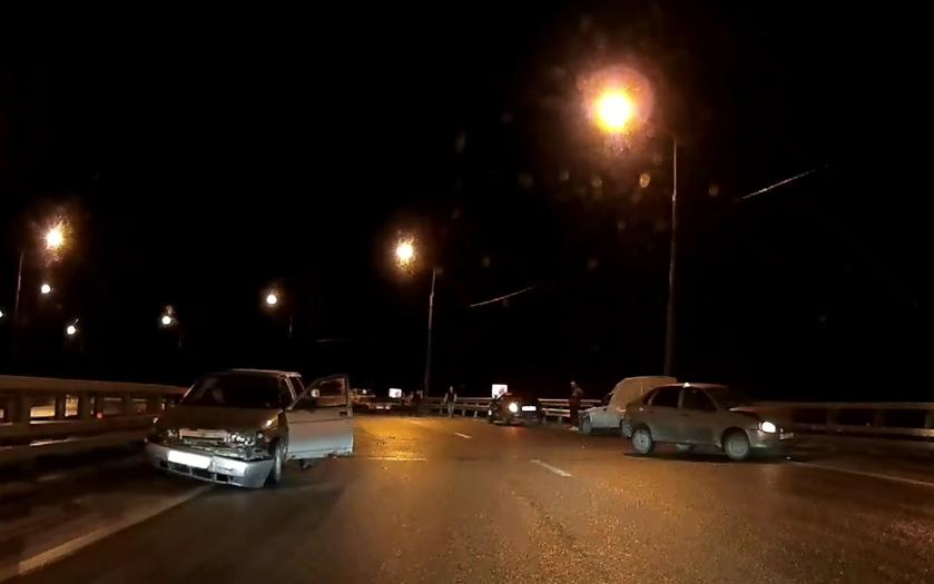 На эстакаде на трассе М10 под Тверью несколько машин врезались в отбойник - новости Афанасий
