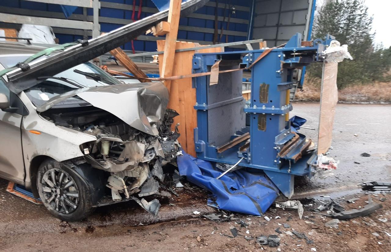 Пункт назначения: выпавший из грузовика станок влетел в ехавшую сзади легковушку - новости Афанасий