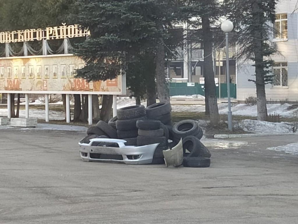 В Конаково Тверской области водители выразили протест против плохих дорог инсталляцией