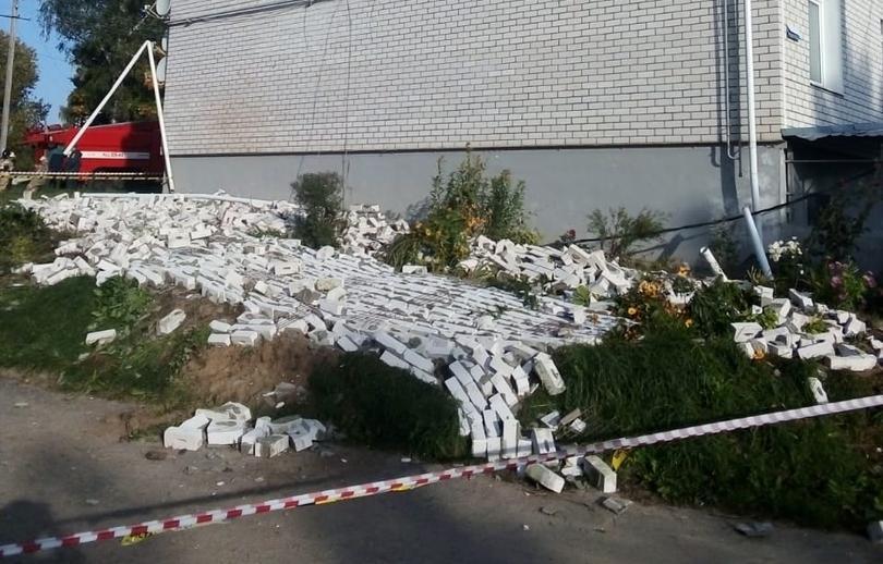 СК в Тверской области выясняет обстоятельства обрушения облицовки стены жилого дома - новости Афанасий