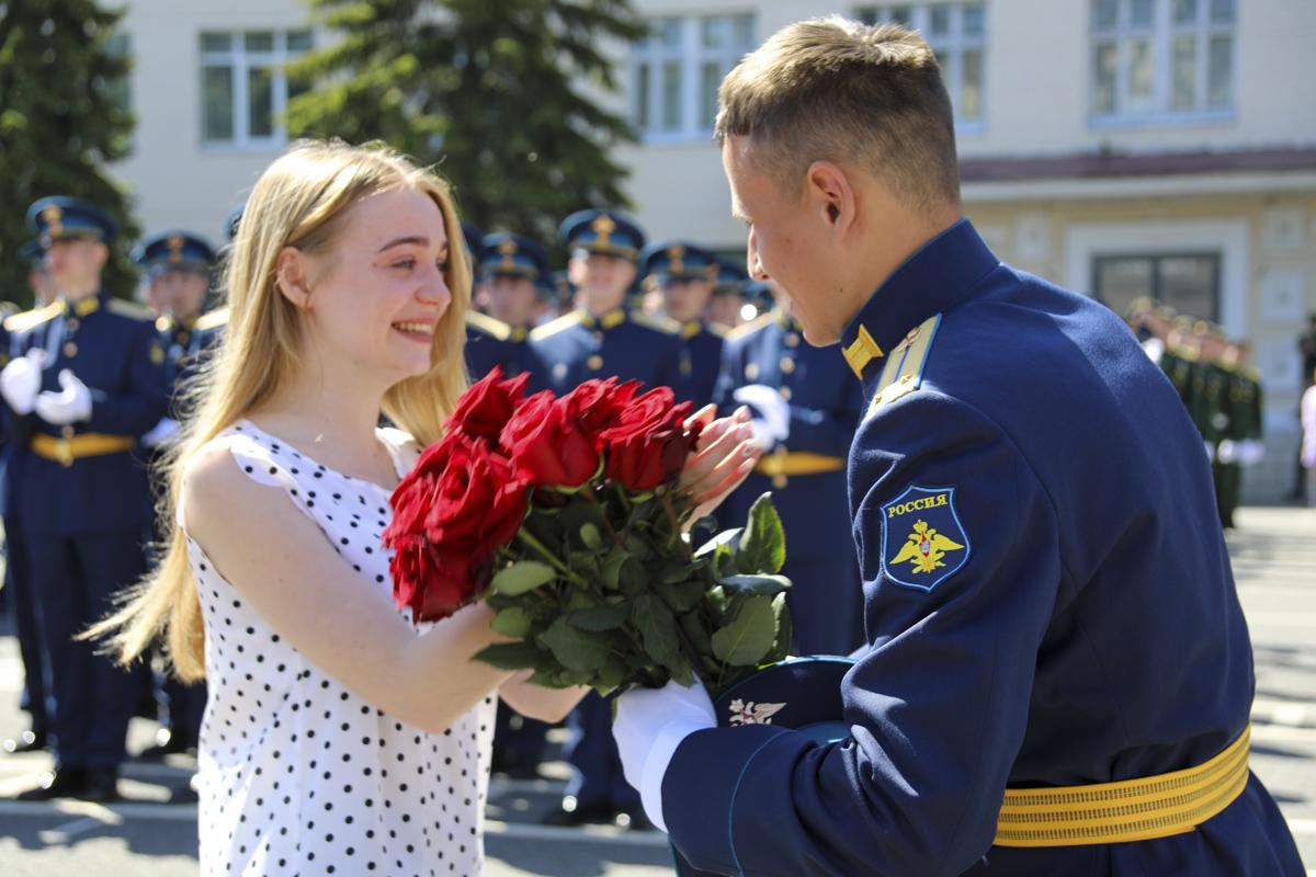 В Твери лейтенант сделал предложение своей девушке на выпускном военной академии