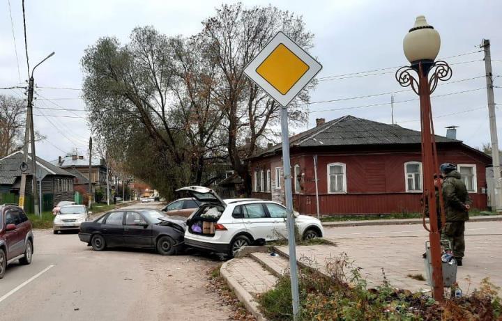 В Бежецке Тверской области на перекрестке столкнулись два автомобиля - новости Афанасий