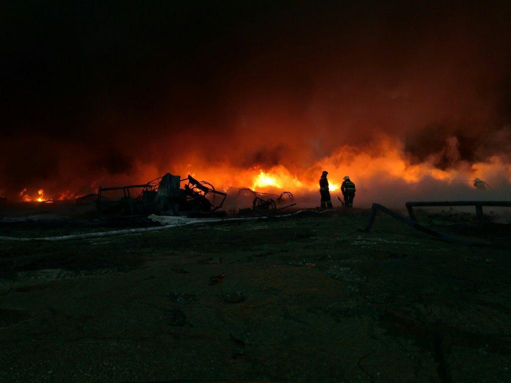 Опубликованы первые кадры пожара на территории предприятия