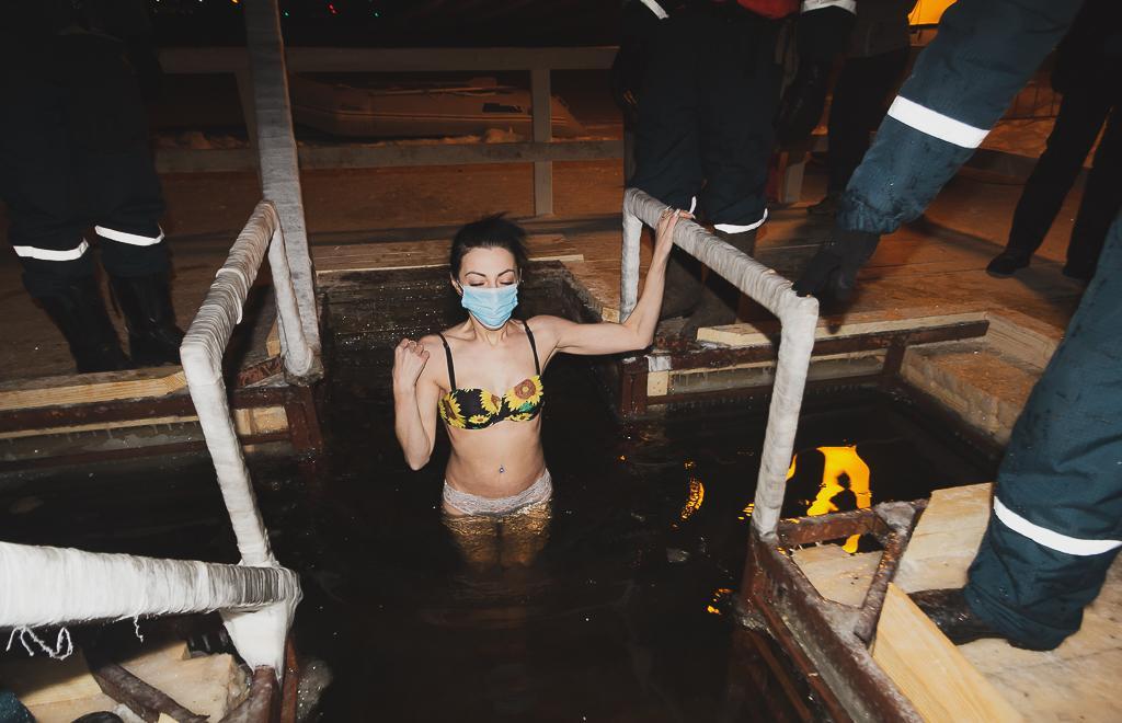Крещенские купания в Твери собрали верующих несмотря на мороз и ковид - новости Афанасий
