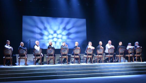 Бендер-блондин, магия чисел и другие эксперименты. Театр драмы открыл 273-й сезон на большой сцене спектаклем «12 стульев»