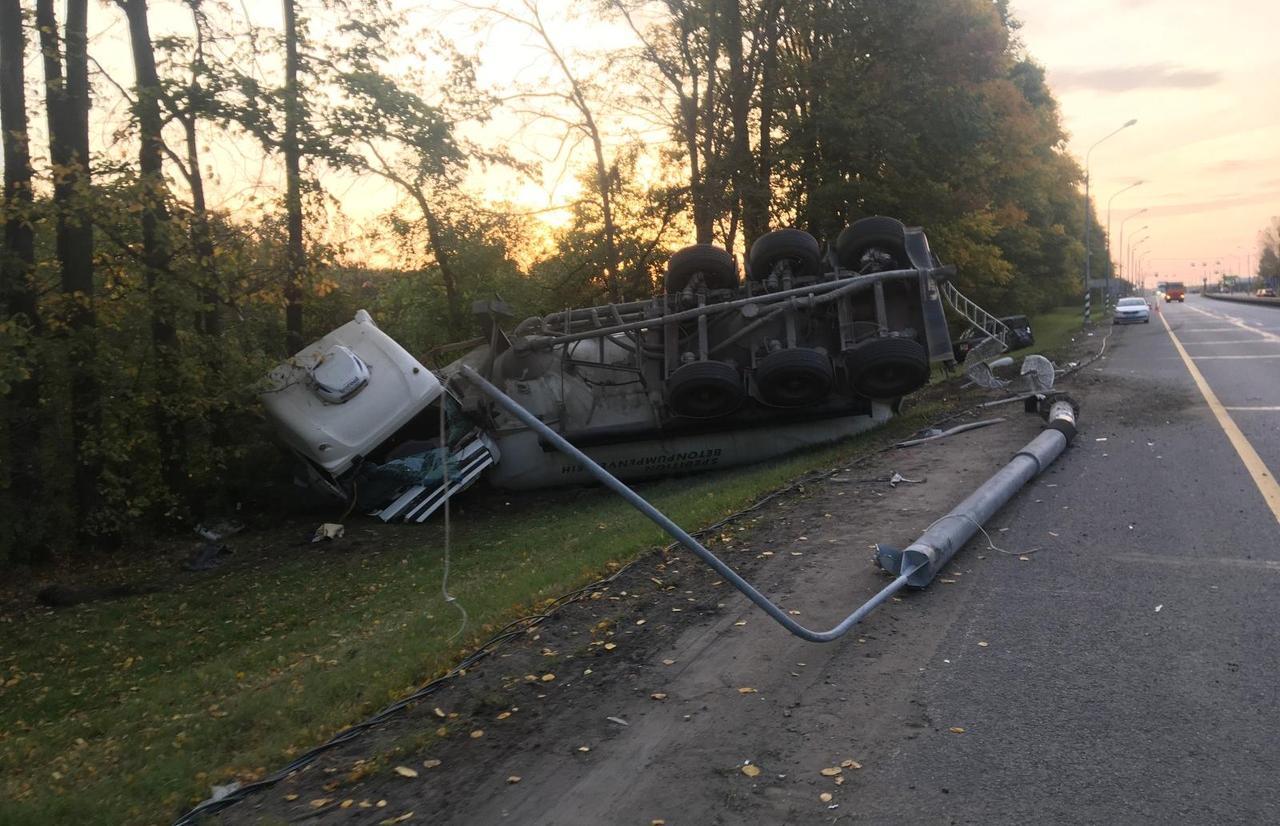 В Тверской области неуправляемый грузовик снес на трассе М10 припаркованный внедорожник и столб - новости Афанасий