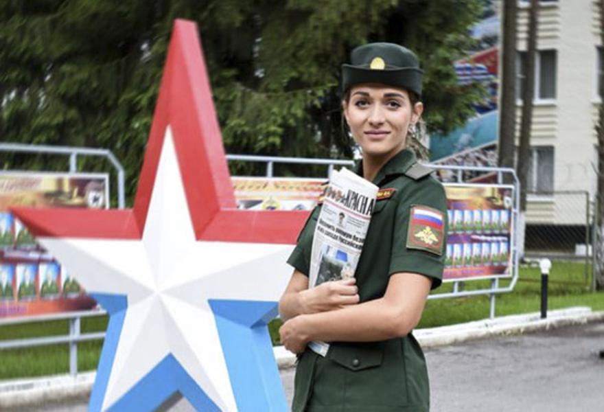 Первой красавицей армии России стала девушка из Тверской области