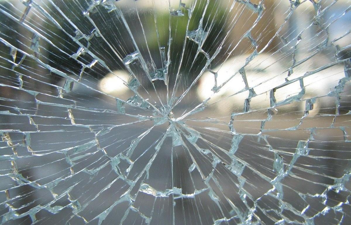 Вандал, разбивший стекло в автобусе в Твери, заплатит штраф - новости Афанасий