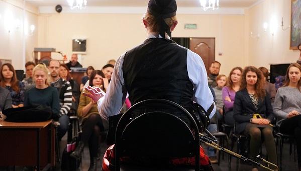 Как мастер в килте обучал музыке кельтов всех желающих: оркестр волынщиков организовал в Твери мастер-класс перед большим концертом