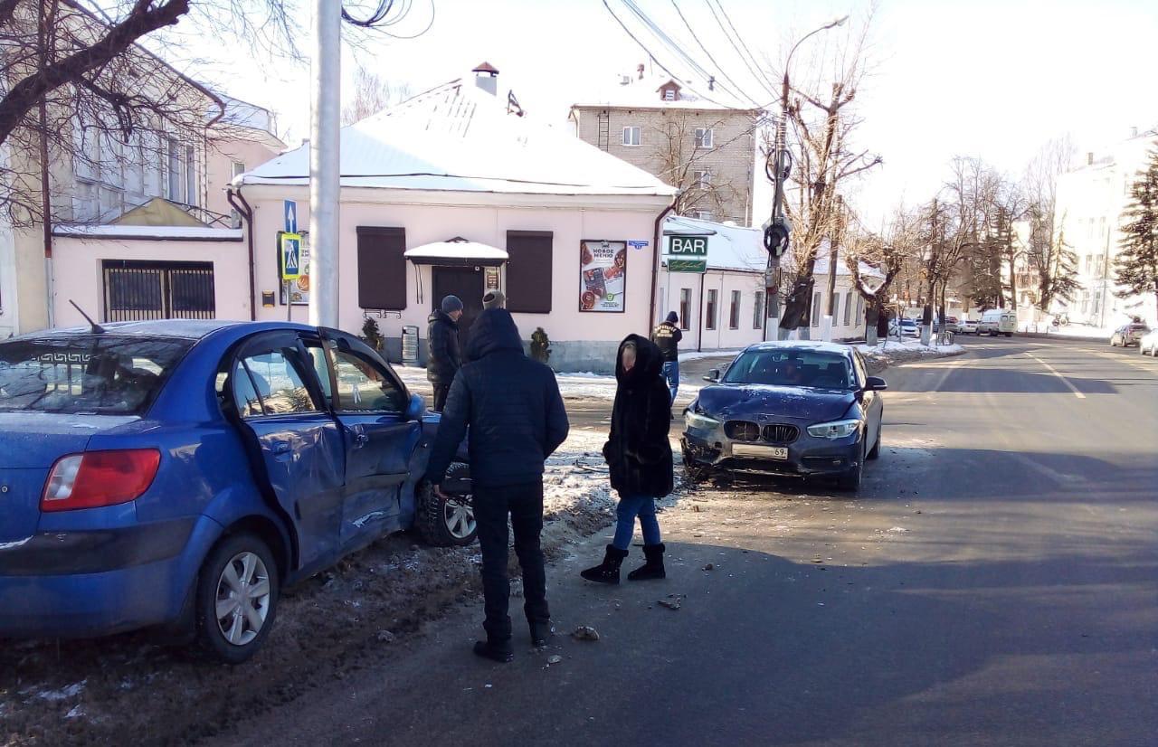 В центре Твери Kia после столкновения с BMW вылетел на тротуар - новости Афанасий