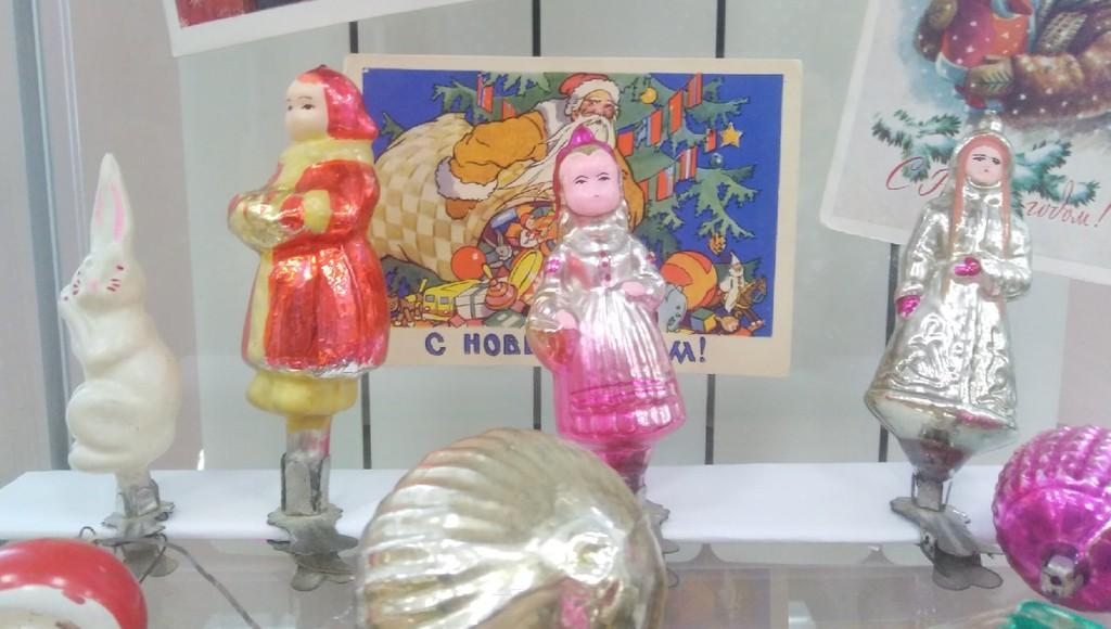 «Паровоз Иосиф Сталин» и «хрущевский огород»: в Торжке Тверской области работает выставка елочных игрушек - новости Афанасий