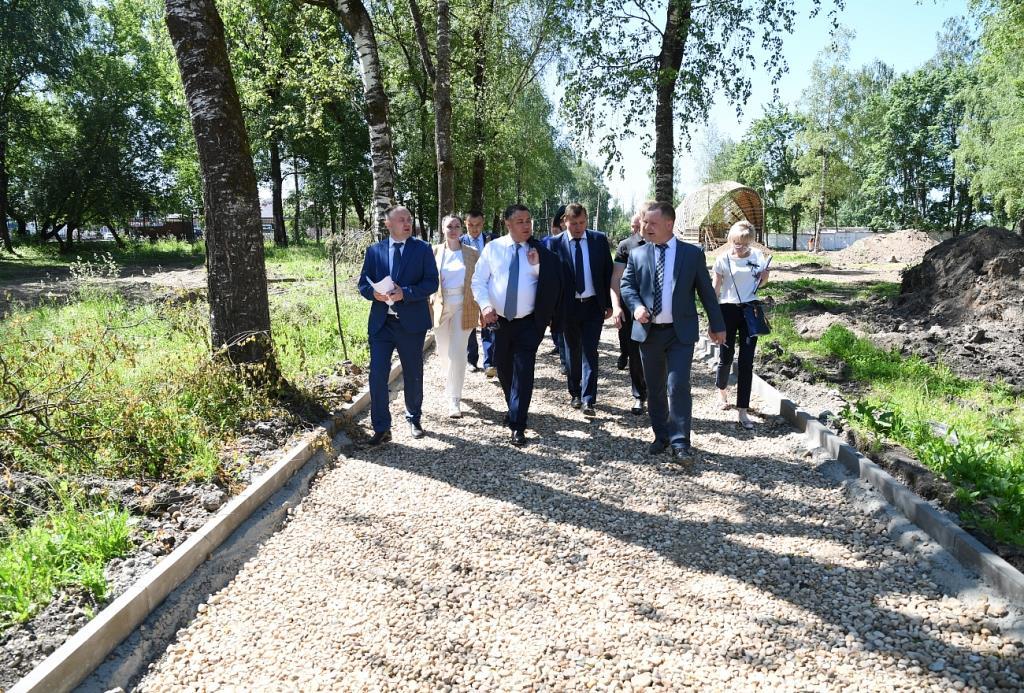 Игорь Руденя проинспектировал ход благоустройства Горсада в Бежецке